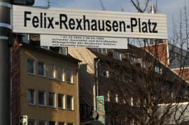 Straßenschild mit Beschriftung Felix-Rexhausen-Platz
