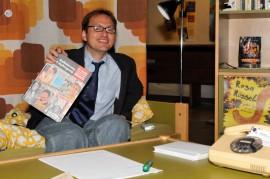 Erwin In het Panhuis mit seinem Buch über Lesben und Schwule in der Bravo
